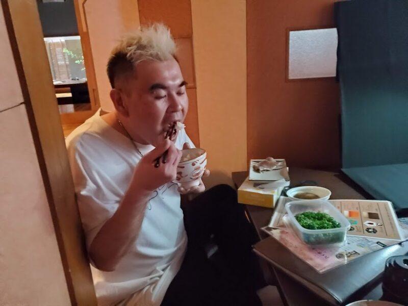 【美味しそうに食べる男】